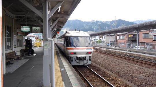 尾鷲駅を発つ特急ワイドビュー南紀1号