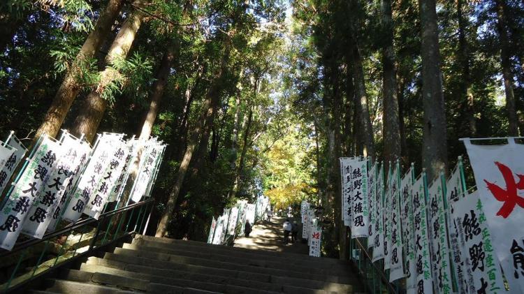 熊野大権現の幟が立ち並ぶ本宮の石段