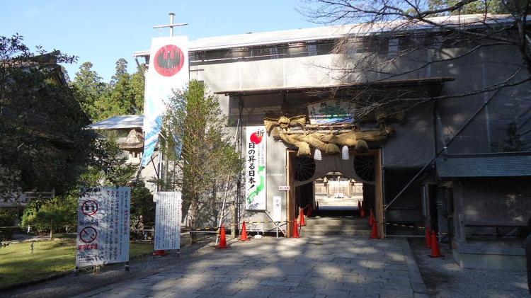 残念ながら神門は修復工事の囲いの中だった