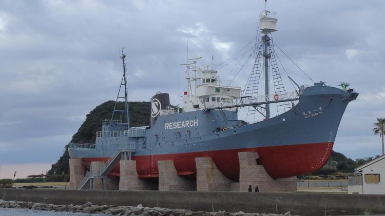 陸揚げされ展示されている引退した捕鯨船「第一京丸」