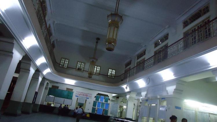 ヤンゴン中央駅のコンコース まだ午後9時前にも関わらず閑散としていた
