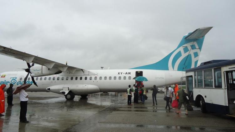 ターミナルから乗客を運んでくるのは日本の路線バス そこだけ傘差されても・・・