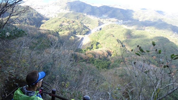 山頂からの下りは急勾配 眼下に富津館山道路