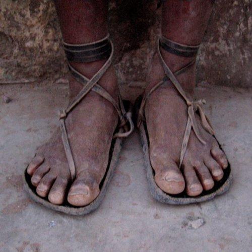 タラウマラ族のワラーチ 廃タイヤと革紐で作られている