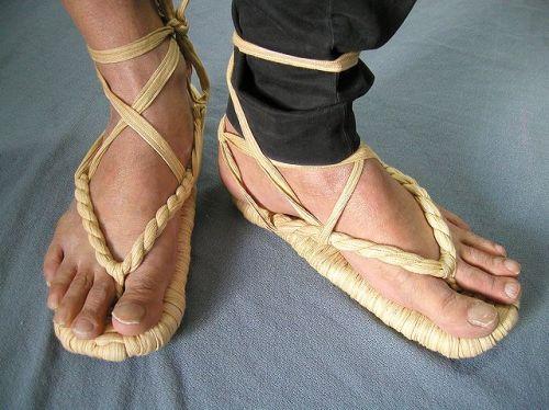 草鞋(わらじ) 踵や足首を紐で固定するのが草履との違い