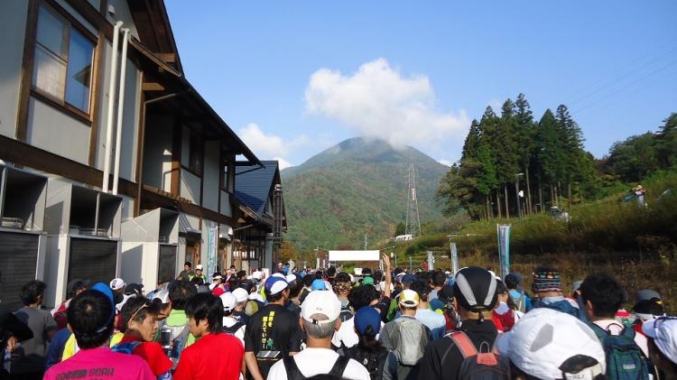 スタートは午前8時30分 正面に見えるのが百蔵山(標高1,003m)