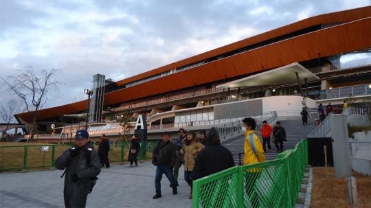 新装なった等々力競技場のメインスタンドの外観はどこかミッドセンチュリーな宇宙船のようだ