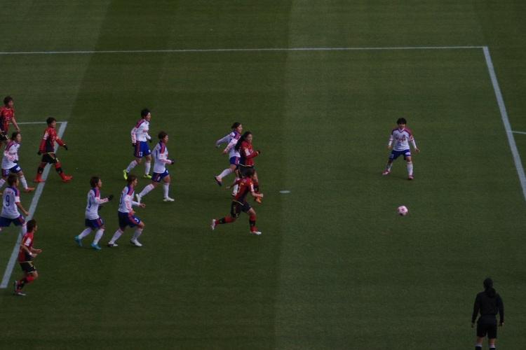 試合開始直後のコーナーキックで果敢にゴールを狙う澤選手