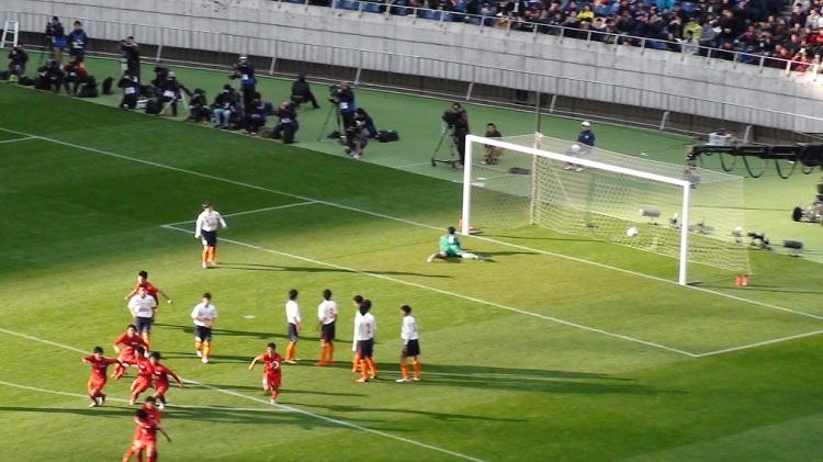 後半2分、トリックプレイから10番の中村賢人が見事な直接FKを決める 元ネタはインターハイで対戦相手の立正大淞南にやられたものだった
